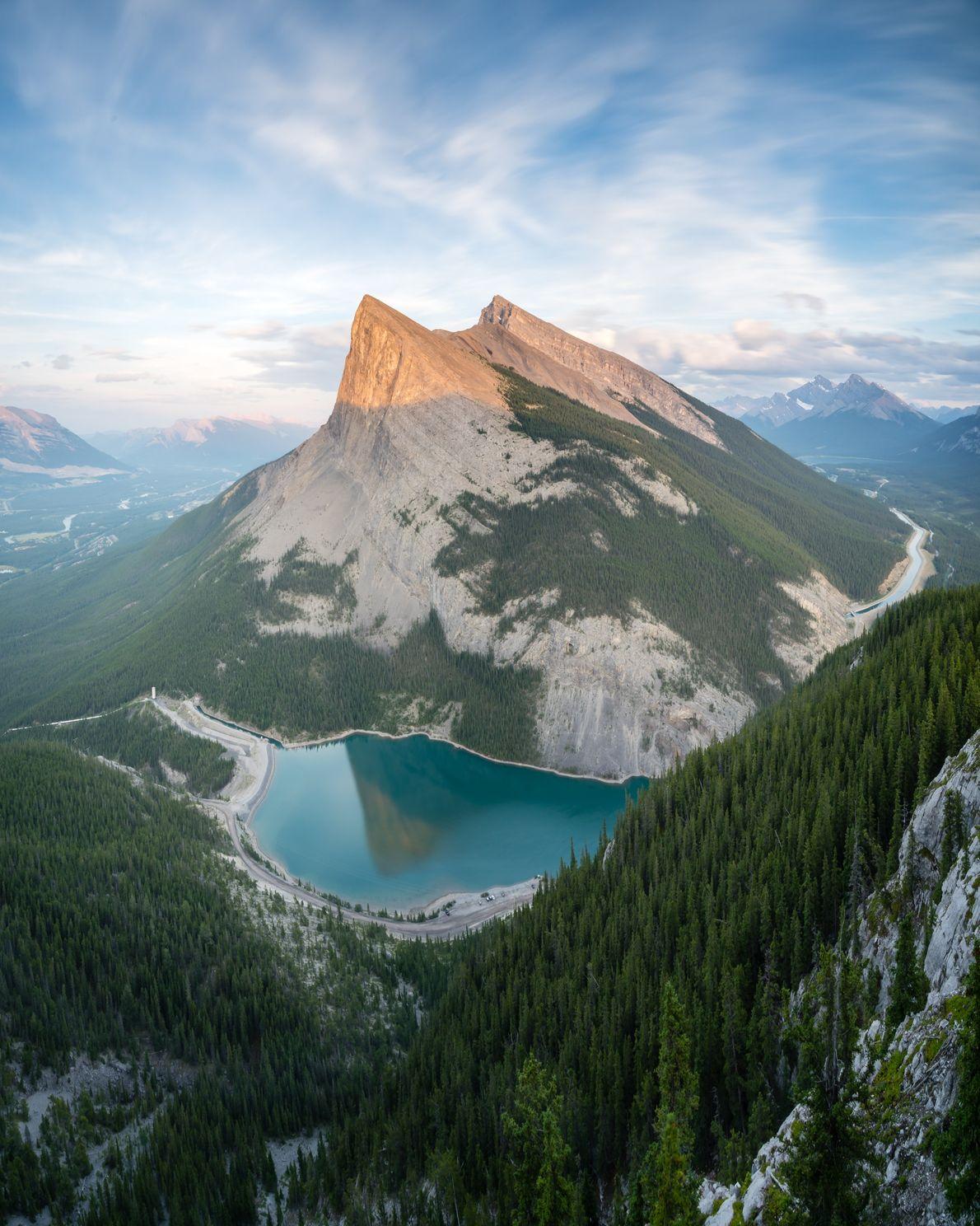 Sonnenaufgang über dem Canmore in Alberta. Die beiden Gipfel gehören zur Canmore Triple Crown an der ...