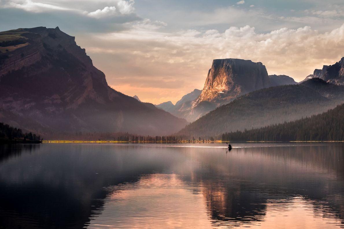 Am frühen Morgen ist es still an diesem See in Wyoming