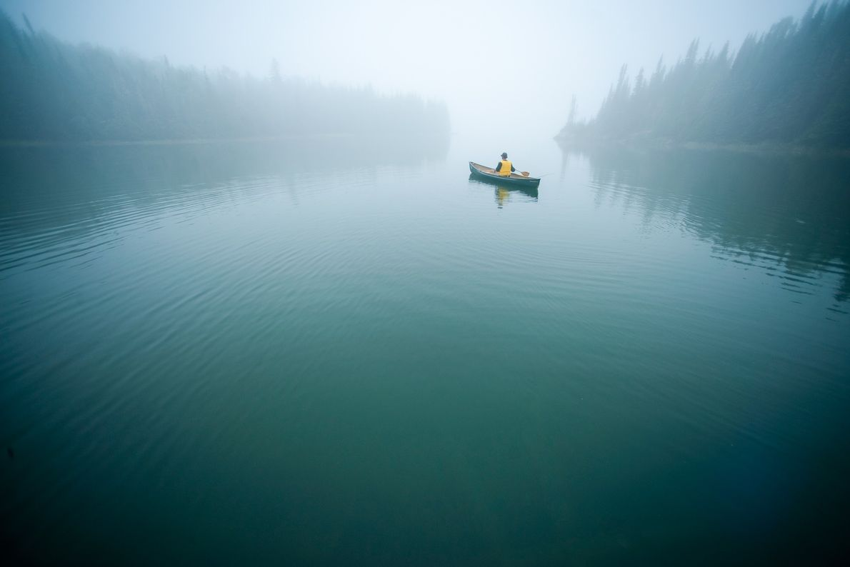 Ein Kanufahrer paddelt durch die stille, geschützte Passage der Slate Islands im Oberen See, Slate Islands ...