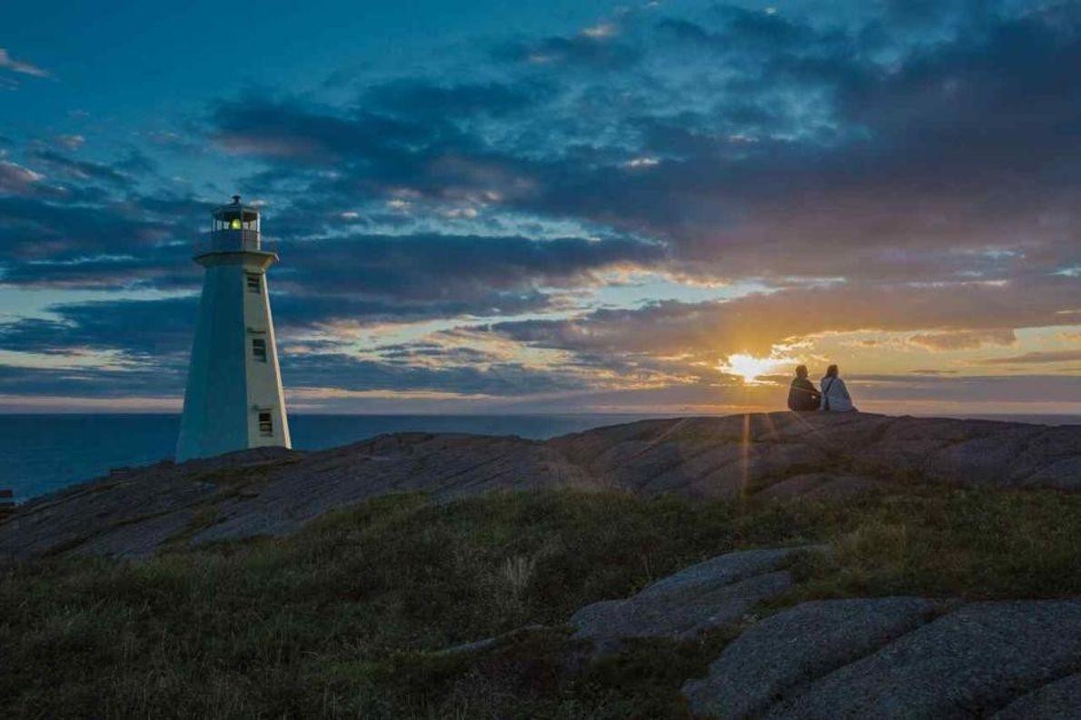 Auf einer rauen Klippe am östlichsten Punkt des nordamerikanischen Kontinents steht das Cape Spear Lighthouse, der ...