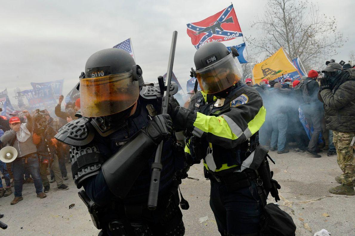 Polizeibeamten und Trump-Demonstranten