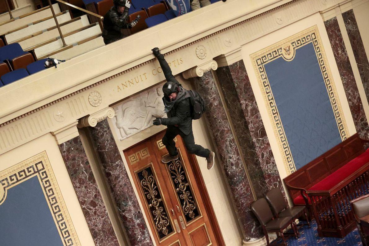 Trump-Anhänger hängt am Balkon der Senatskammer