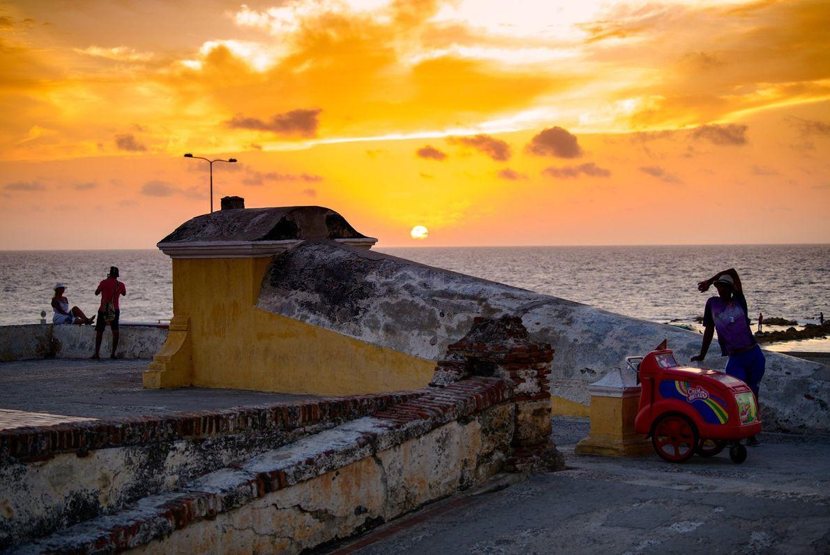 Sonnenuntergang über Cartagena in Kolumbien – die Stadt wurde von dem Autor Gabriel García Márquez als ...