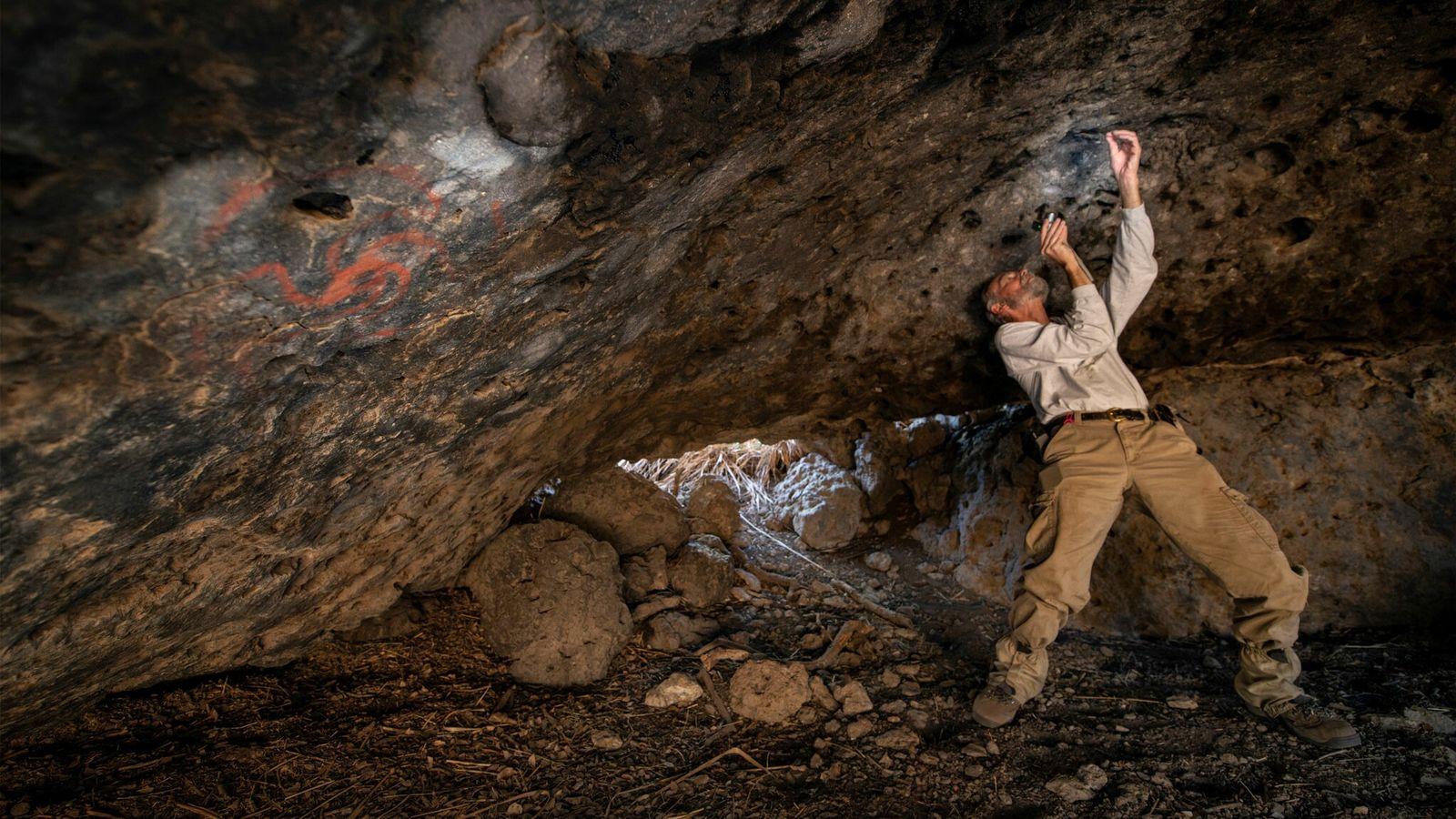 Jon Picciuolo, ein Mitglied des Forschungsteams, dokumentiert die zerkauten Pflanzenklumpen, die vor Jahrhunderten in die Spalten ...