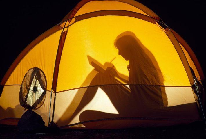 Eine Frau im Zelt