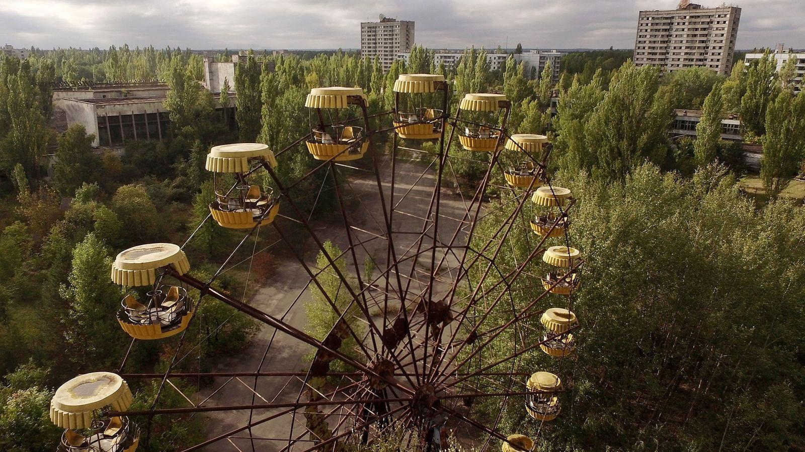 Ein altes Riesenrad ragt auf einem ehemaligen öffentlichen Platz in Pripyat auf, den sich die Natur ...