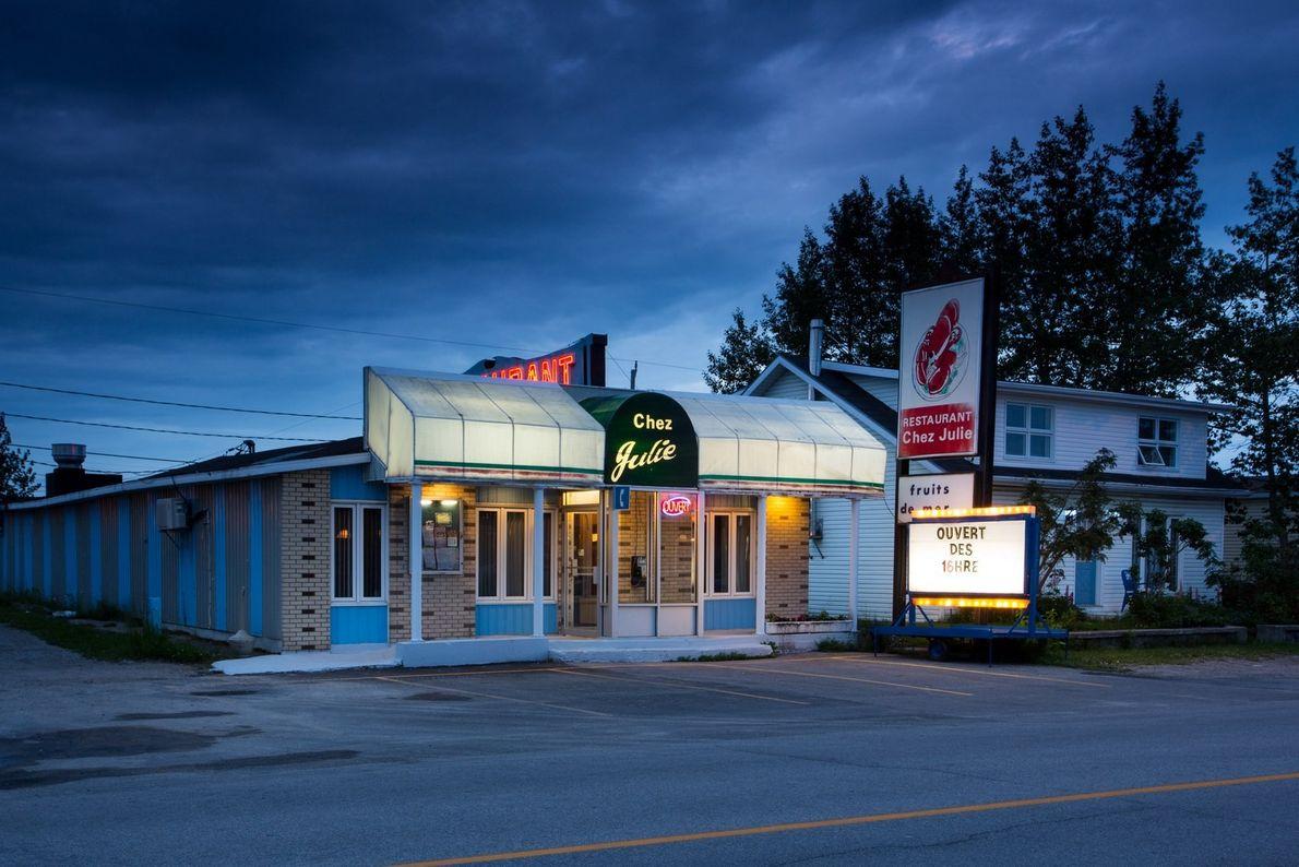 Chez Julie ist ein beliebter Treffpunkt in HavreSaint-Pierre. Dort treffen Gäste nicht nur auf die typische ...