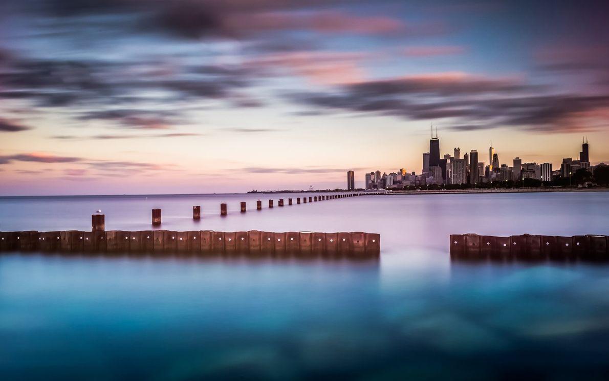 40 Kilometer der Skyline von Chicago über dem Lake Michigan, dem sechstgrößten Süßwassersee der Welt. Kommenden ...