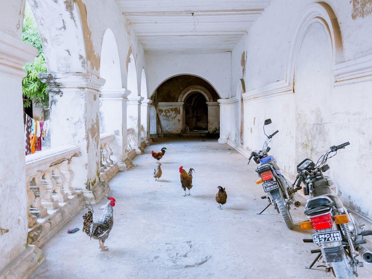 Im ehemaligen portugiesischen Gericht wohnen heutzutage einheimische Familien.