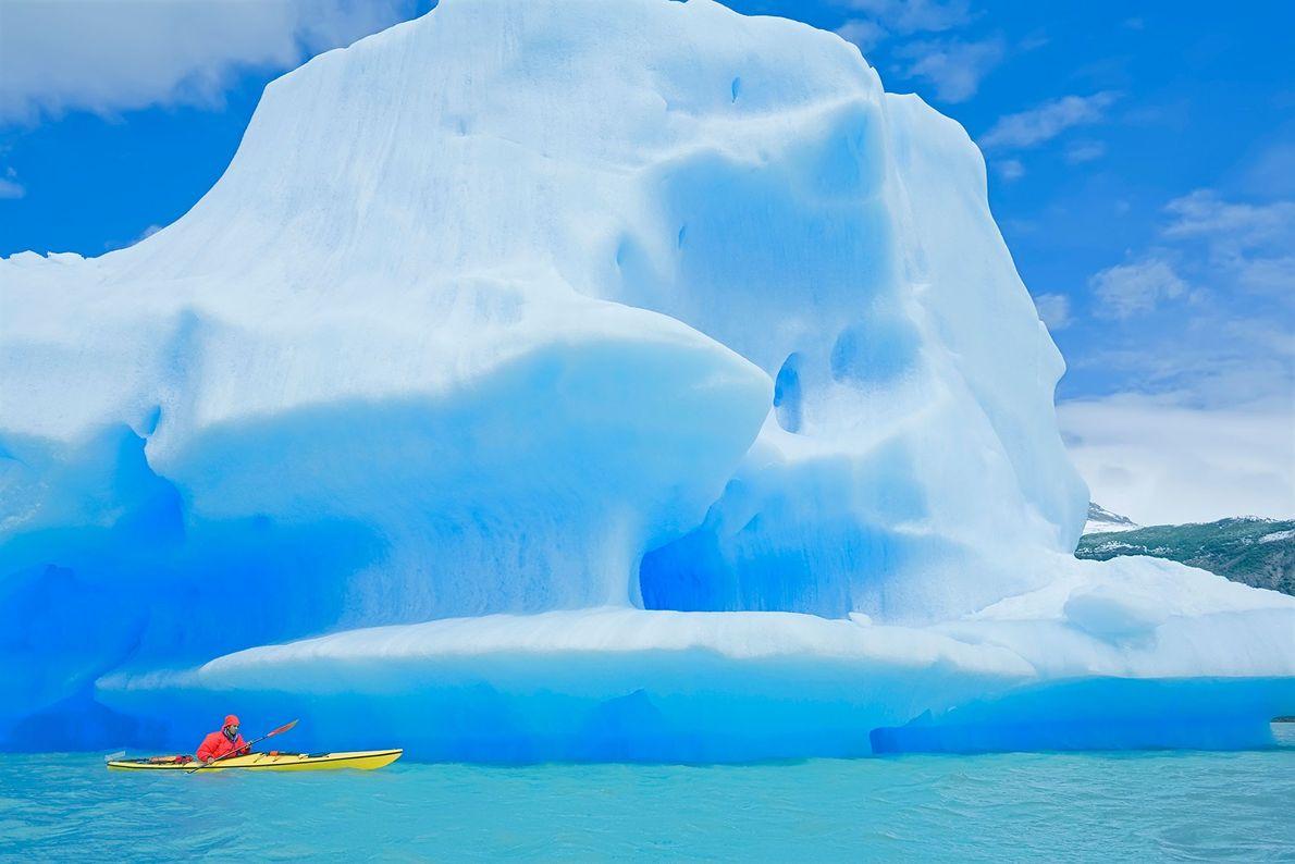 Kajakfahrer vor Eisberg