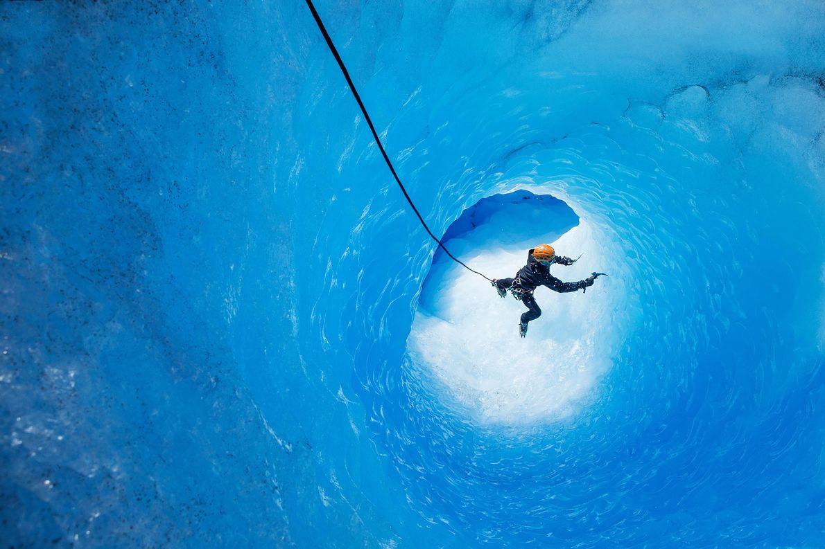 Eiskletterer in Gletscherhöhle