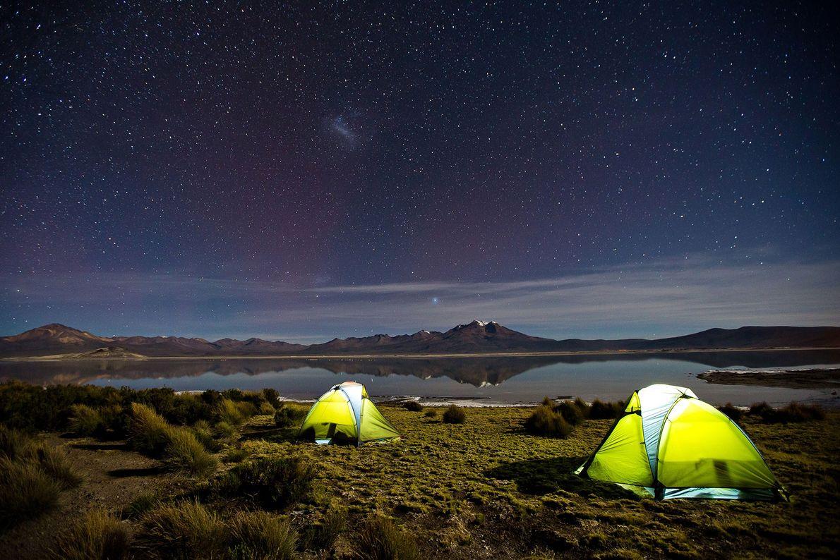 Zwei Zelte leuchten
