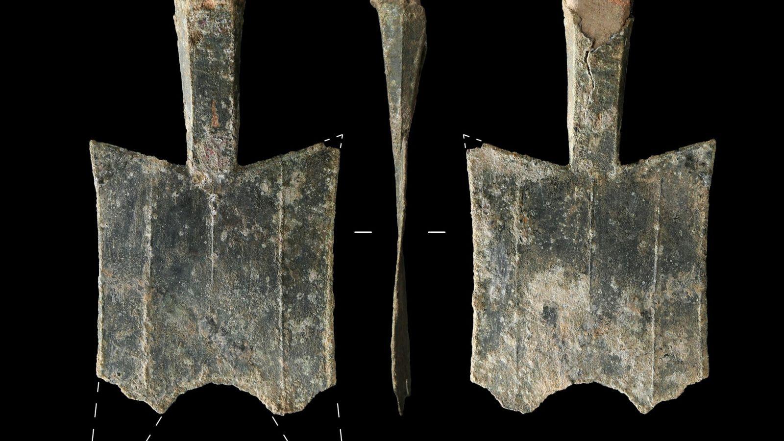 Diese Münzen in Spatenform wurden an der Ausgrabungsstätte einer antiken Bronzegießerei in der chinesischen Provinz Henan ...