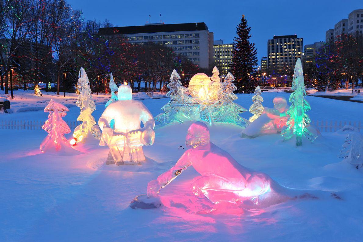 Während der Weihnachtszeit leuchten nachts Eisskulpturen vor dem Parlamentsgebäude in Edmonton.