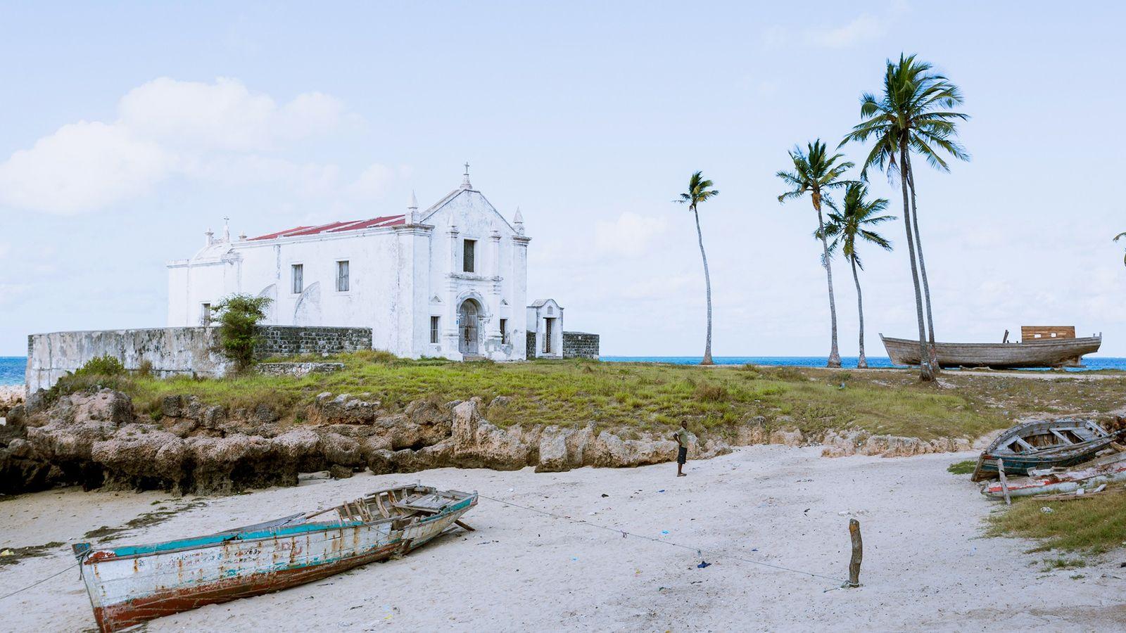Die weiße Kirche von Santo António befindet sich am Strand vor Macuti Town.