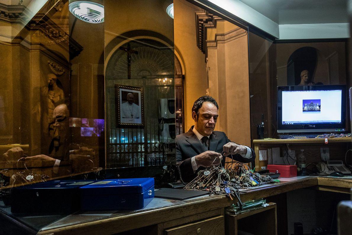 Jeden Morgen holt Crea hunderte Schlüssel aus einem Sicherheitsbunker im Vatikan.