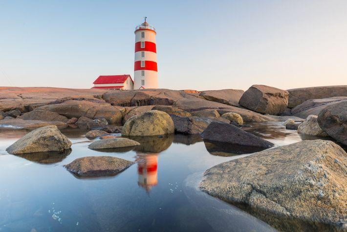 Besucher können den Leuchtturm Pointe-des-Monts erklimmen und sieben Stockwerke voll von der maritimen Geschichte Québecs erkunden.
