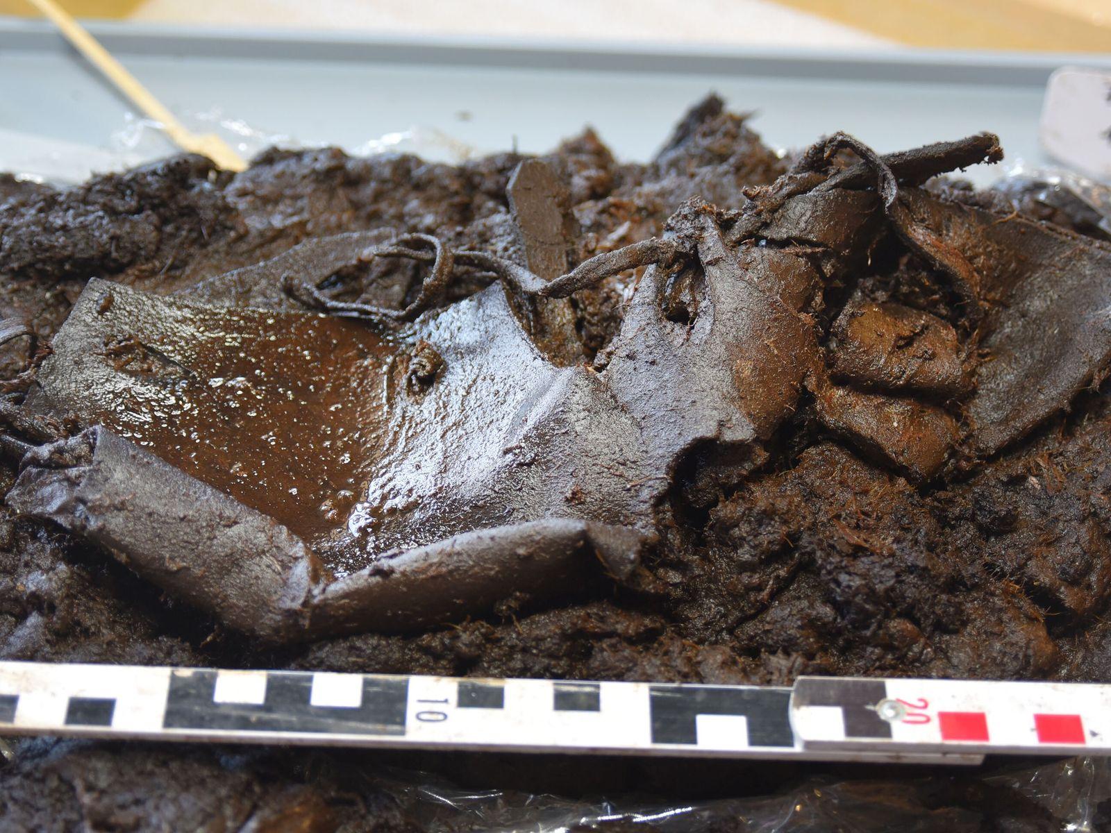 2000 Jahre alter Lederschuh im Moorboden