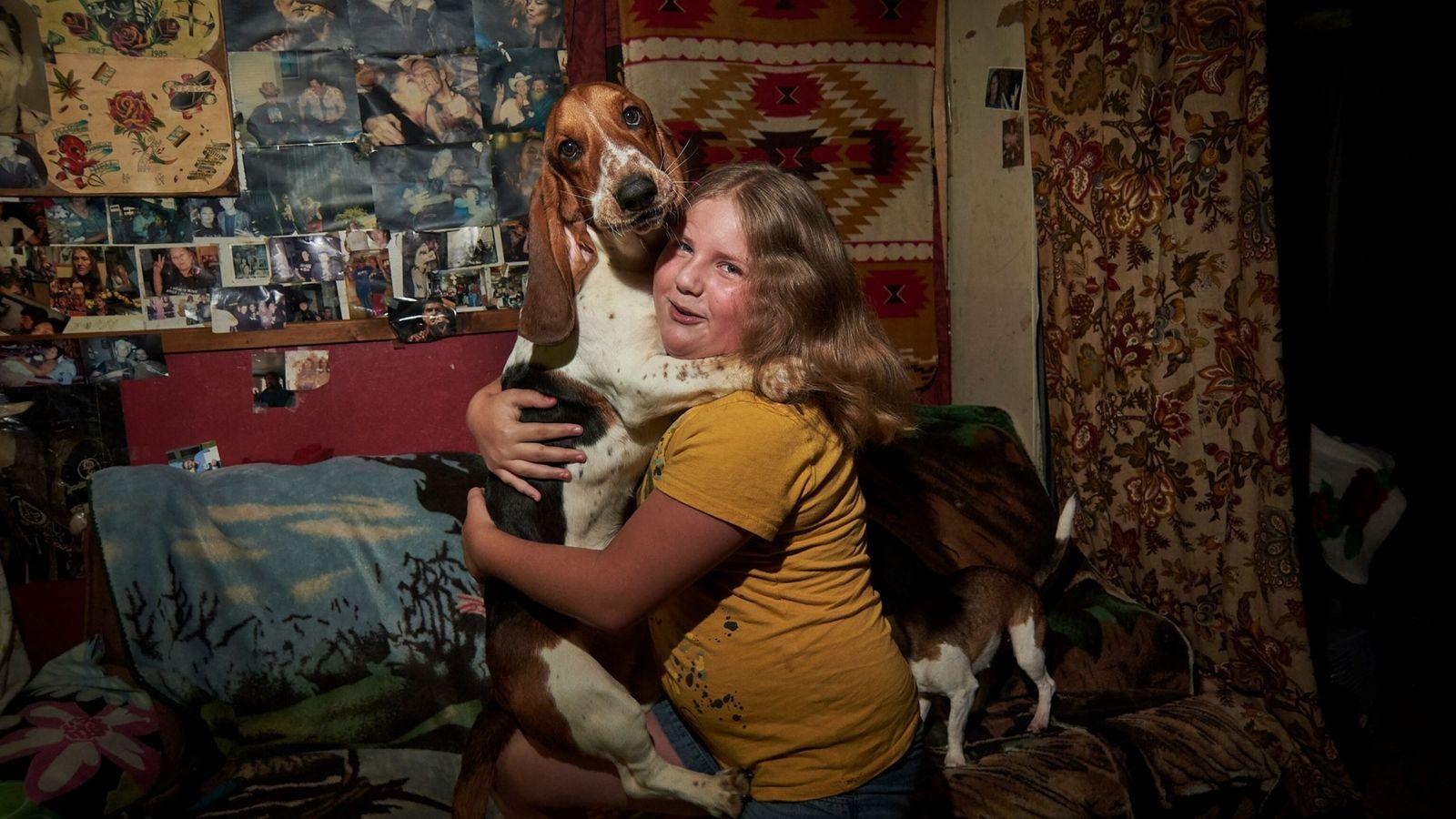 Ein Mädchen und ihr Hund in Boone County, West Virginia.