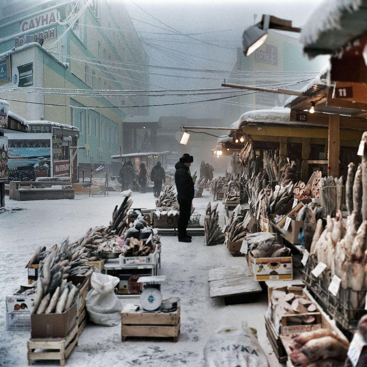 In Jakutsk gibt es keine Probleme damit, den gefrorenen Fisch auf dem Markt gefroren zu halten.