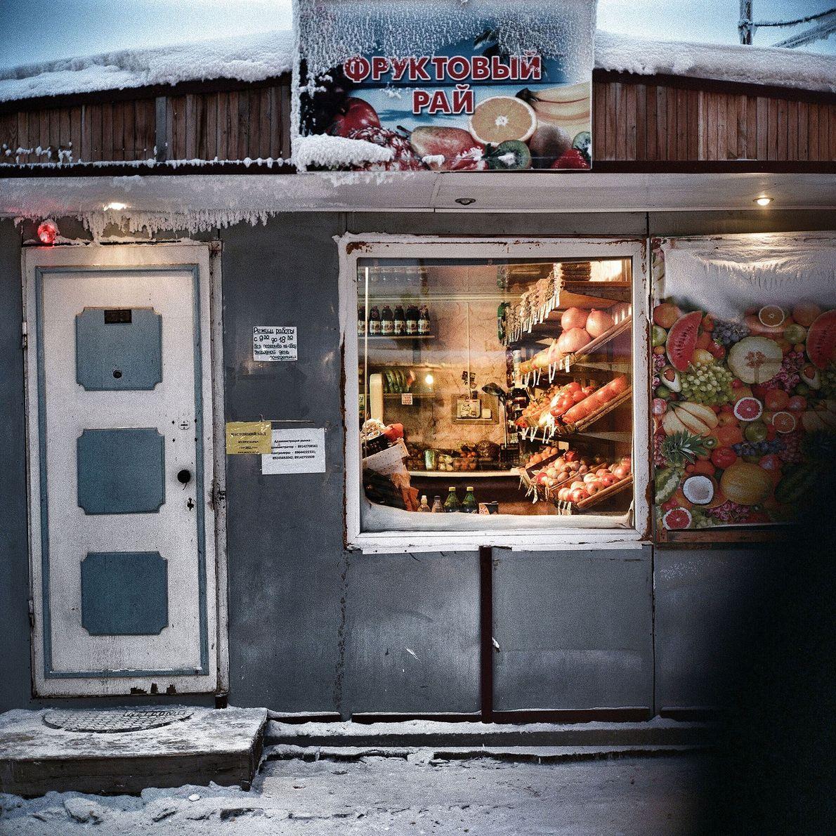 Lebensmittelgeschäfte bringen ein bisschen Farbe in diese schwarz-weiße Stadt.