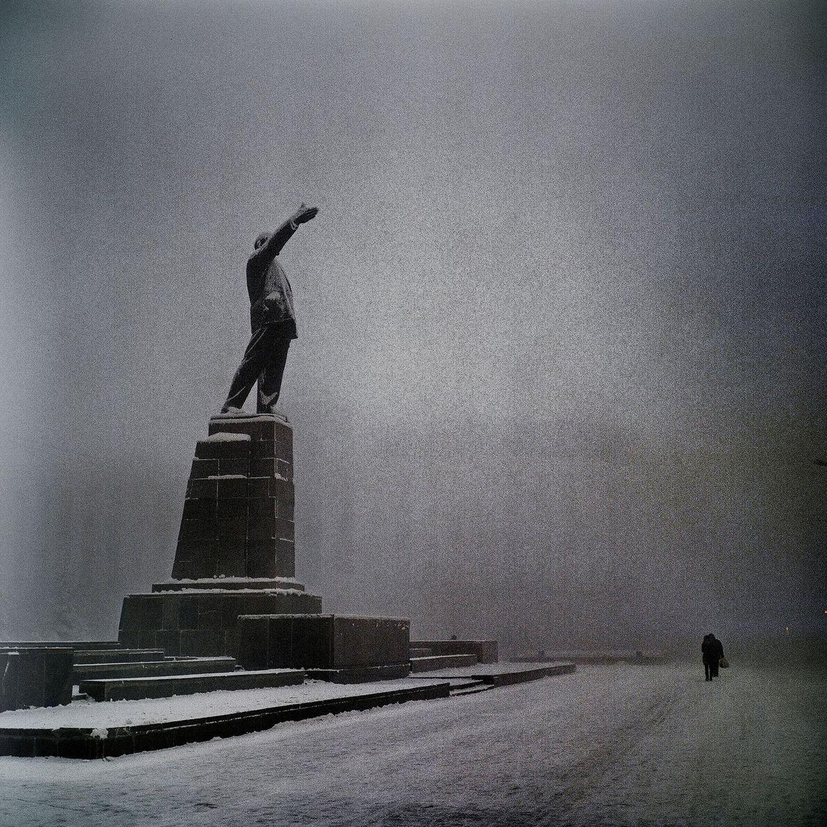 Eine Statue Lenins wacht über den verlassenen Leninplatz.