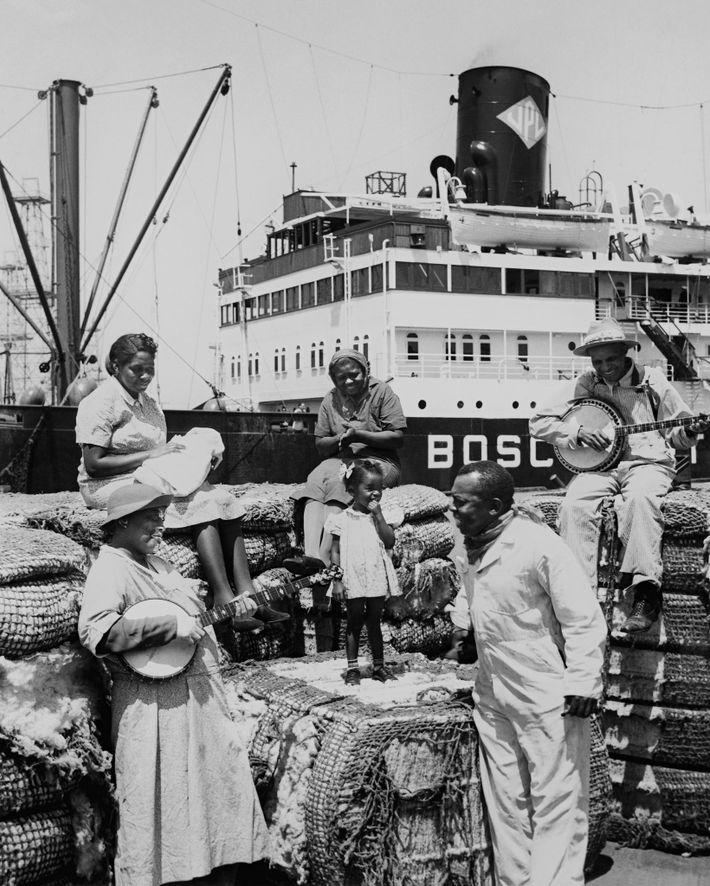 1941 beschrieb National Geographic kalifornische Baumwollarbeiter, die auf die Beladung eines Schiffs warteten, mit Beleidigungen aus ...