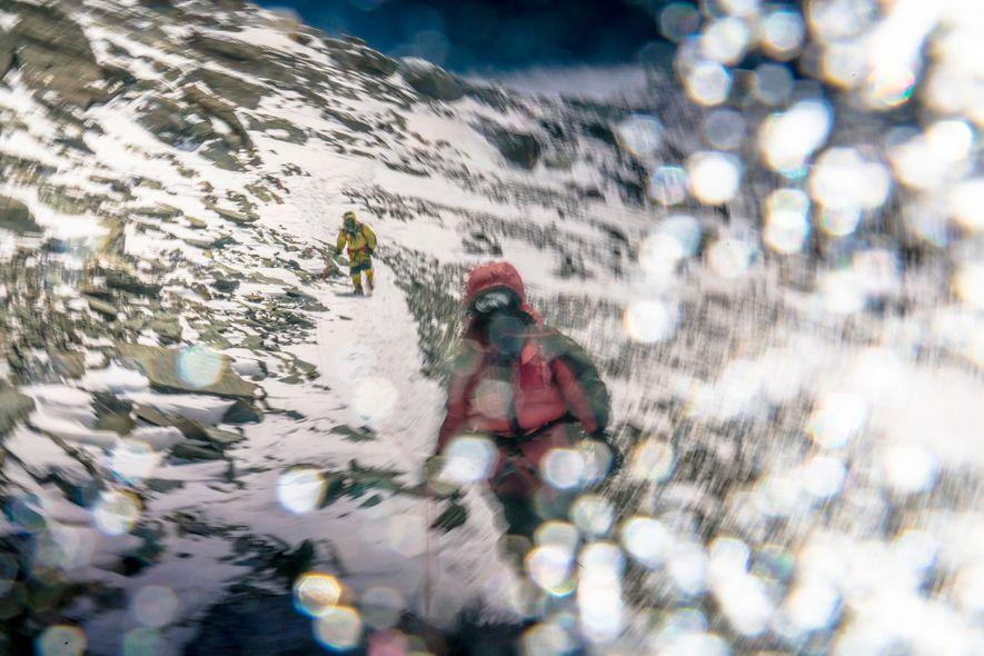 Für Richards zeigt dieses Bild hervorragend, wie die Welt auf über 8.000 Metern Höhe und ohne zusätzlichen Sauerstoff aussieht und sich anfühlt. Die Verzerrung am rechten Bildrand entsteht durch Eiskristalle, die an der Kameralinse festgefroren sind.