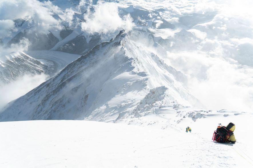 Bergsteiger erklimmen die letzte Schneepyramide vor dem Gipfel des Everest auf dessen Nordseite. Auf diesem Bild sieht man den gesamten oberen Nordgrat und die Route, die auf ihm verläuft. Diese Stelle ist ein potenzieller Teil des Auf- und Abstiegs für das Unterfangen von Richards und Mena. Noch haben sie aber nicht entschieden, wo genau ihr Weg verlaufen soll. Das einfachste wäre es, wenn ihre angestrebte Route an der Nordostwand auf etwa 8.500 Metern Höhe auf die etablierte Route trifft. Von dort aus könnten sie dann bis zum Gipfel klettern. Alternativ kann das Team versuchen, sich an der Nordwand noch länger auf einer unabhängigen Route zu bewegen, bis die beiden zum Großen Couloir gelangen.
