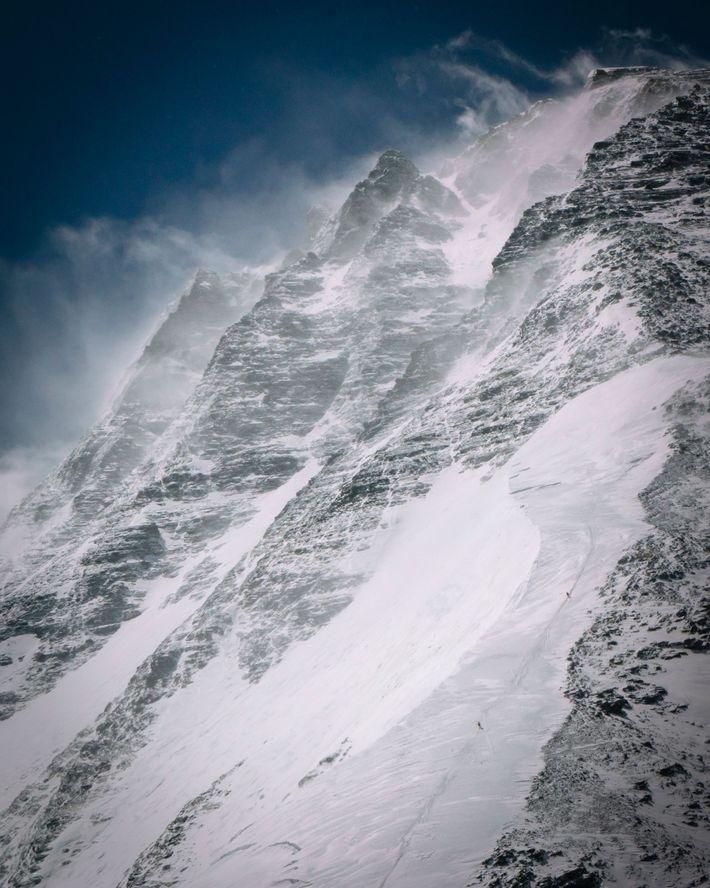 Die Kletterer steigen entlang der Standardroute des Nordgrats auf der tibetischen bzw. chinesischen Seite des Everest ...