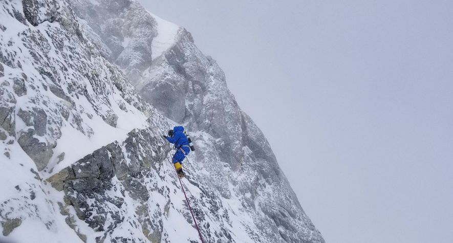 Richards erklimmt bei einer früheren Expedition die letzte Gipfelpyramide des Everest an dessen Nordseite. Egal, auf welchem Weg Richards und Mena diesen Punkt erreichen, sie werden genau diese Stelle ebenfalls überwinden oder einen Weg darum herum finden müssen, damit ihre Route als neu gelten kann.