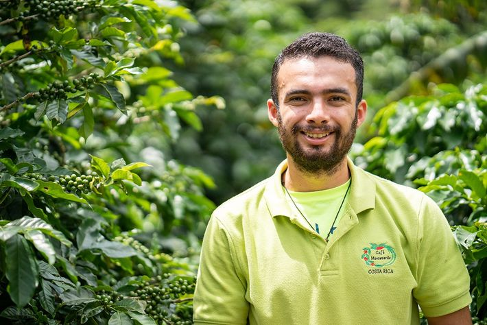 Jerson Santamaria setzt sich für eine nachhaltige Kaffeeproduktion ein und zeigt den Besuchern die Finca LIFE.