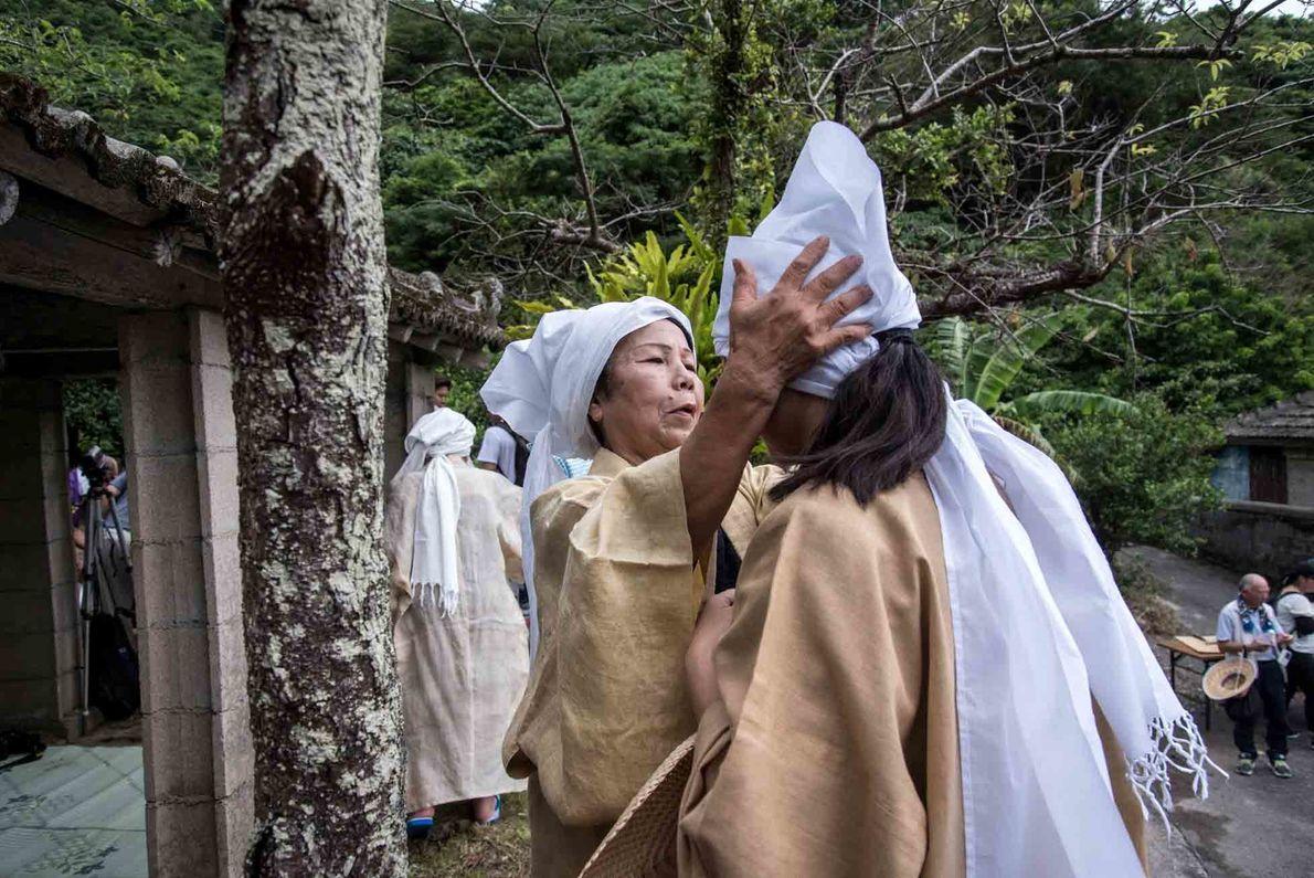 Das Ungami-Fest ehrt den Meeresgott, aber auch die Berggötter. Priesterinnen beten für eine gute Ernte.