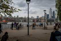 Spaziergänger am Ufer der Themse in London, 18. Oktober 2020.
