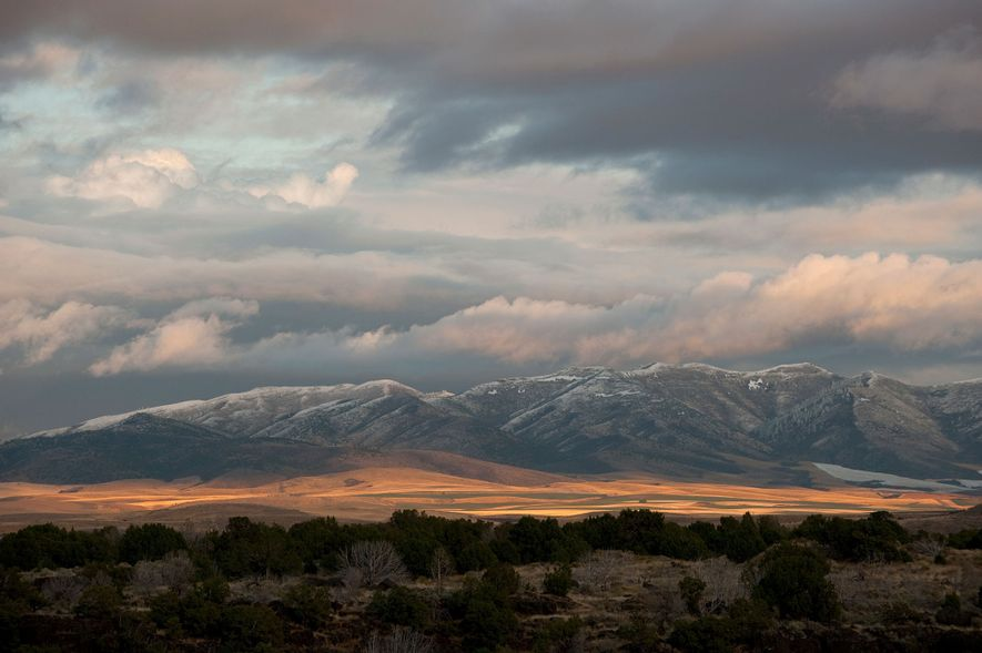 Die Sonne geht über der fremdartigen Landschaft des Craters of the Moon National Park unter.