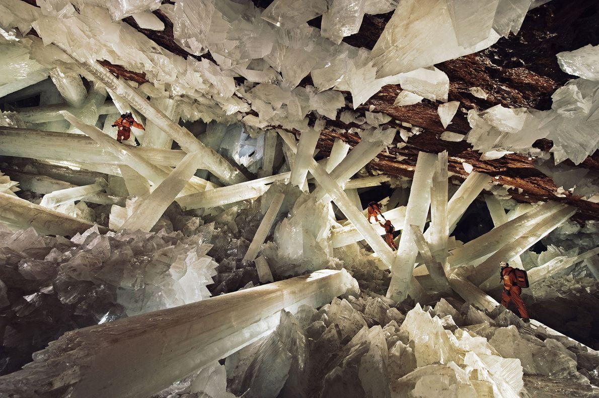 Gewaltige Selenitformationen (auch als Marienglas bekannt) in der mexikanischen Höhle der Kristalle in Chihuahua lassen die ...