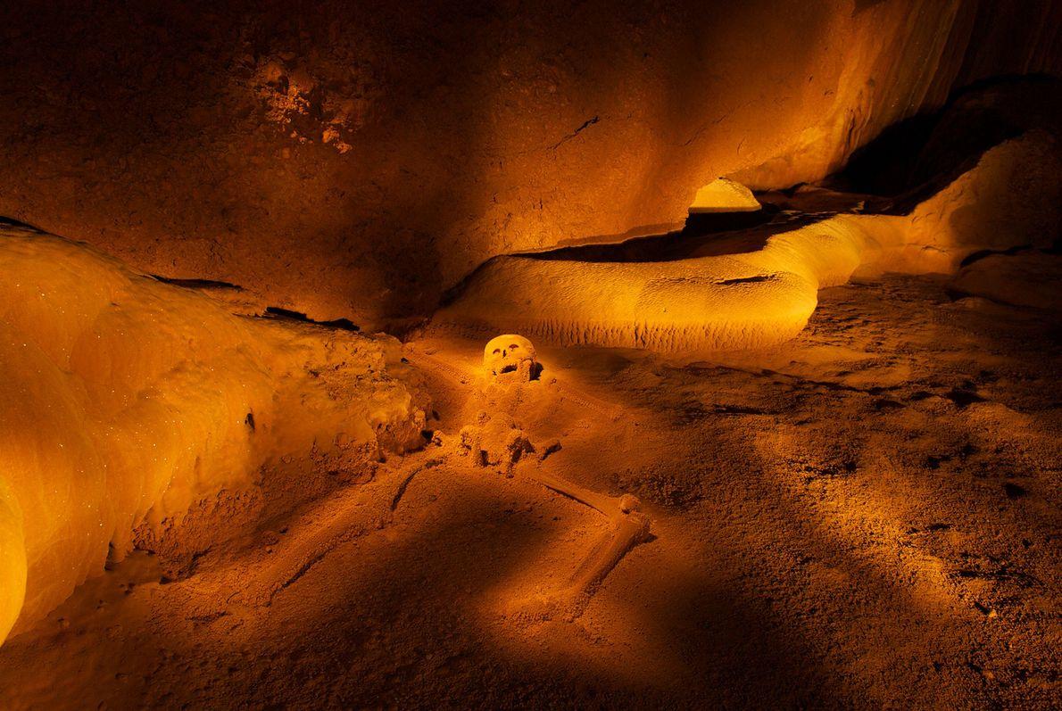 """Das Skelett eines jugendlichen Mädchens, das als """"Kristalljungfrau"""" bekannt ist, liegt in einer staubigen Kammer tief ..."""