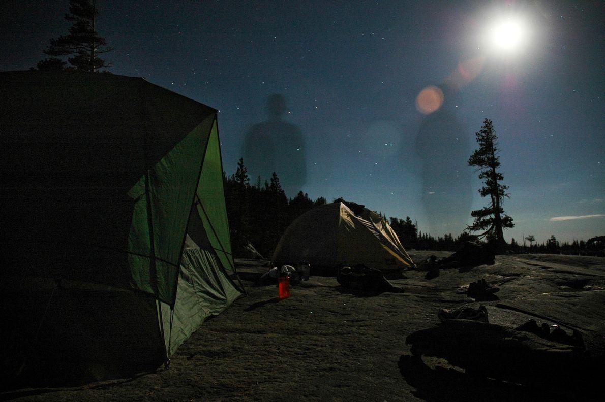 Der Schatten eines Mannes auf einem Abendspaziergang hebt sich vage vor dem Nachthimmel in der kalifornischen ...