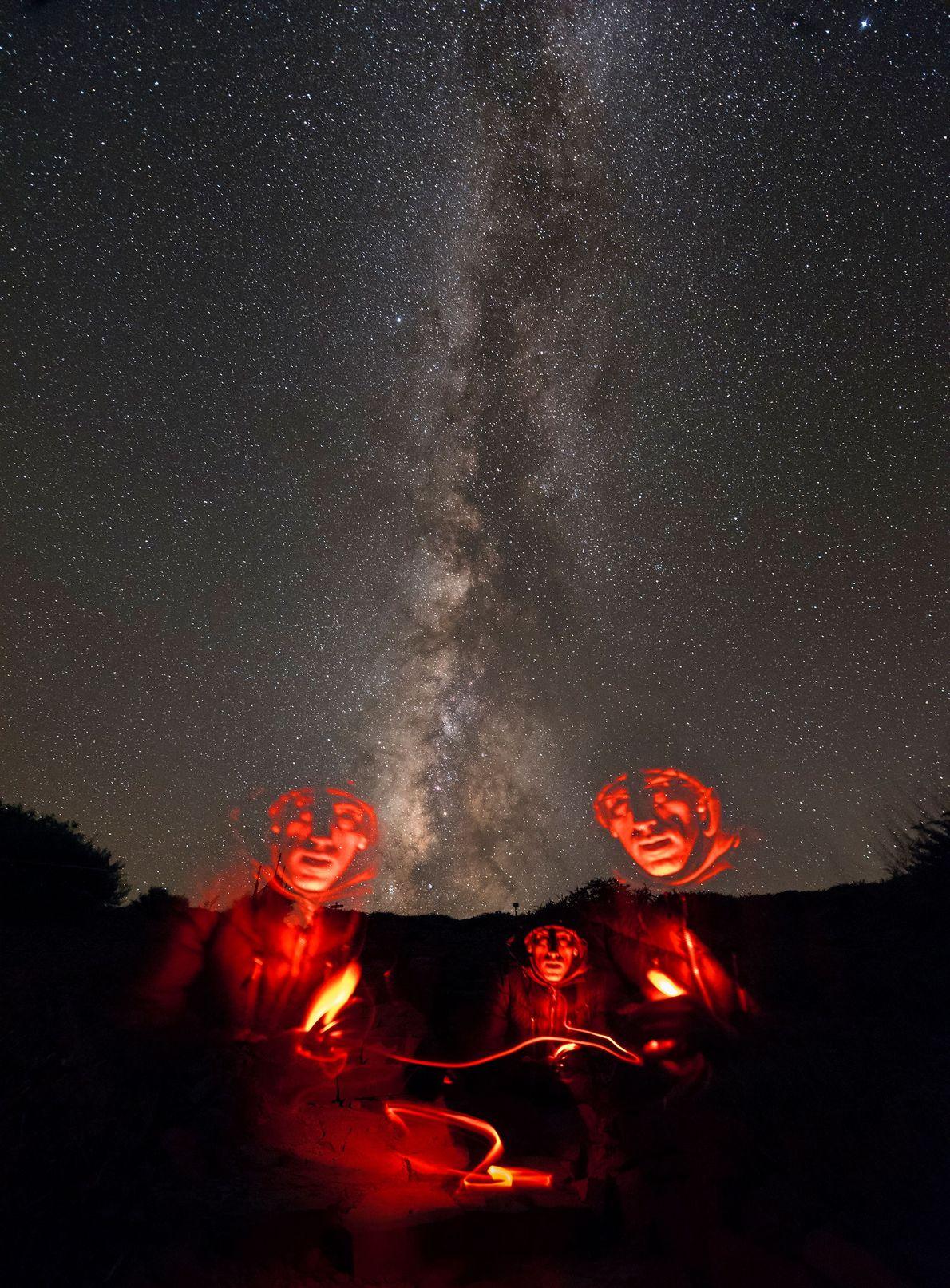 Ein Fotograf macht unter der Milchstraße ein Selbstporträt. Er nutzt dabei eine lange Belichtungszeit, um sein ...