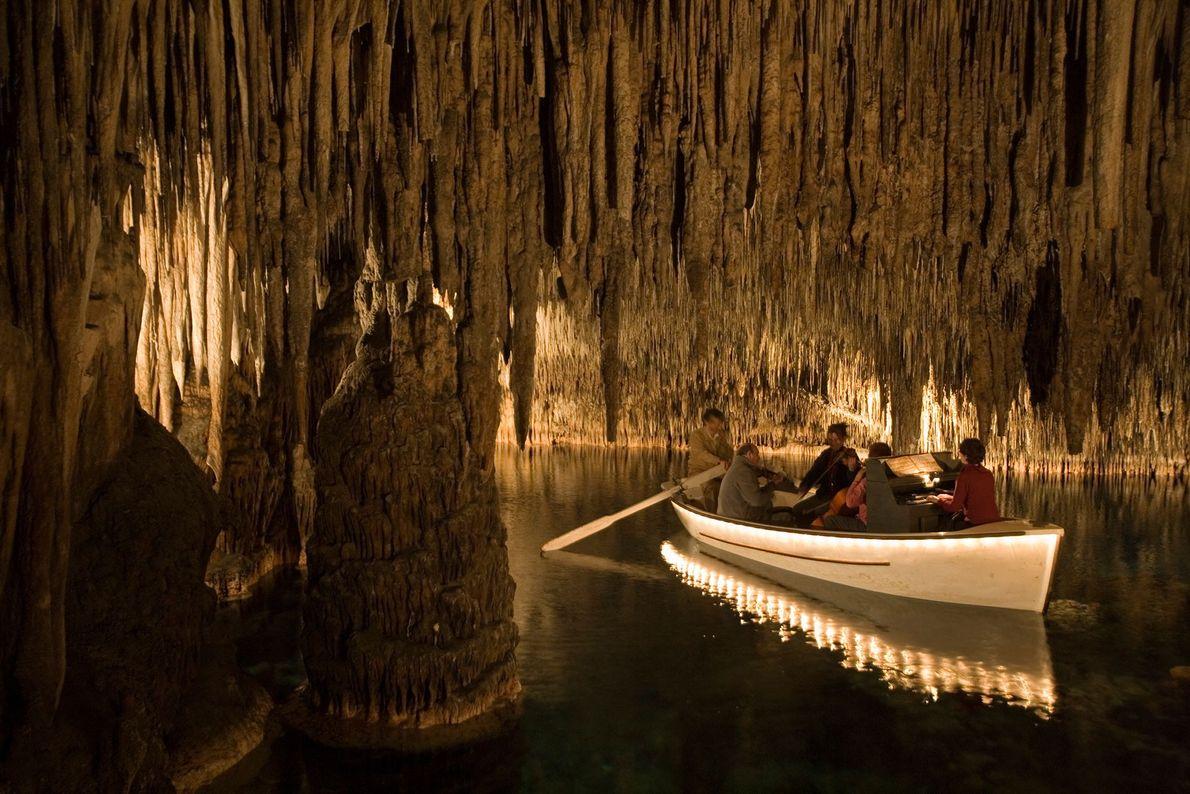 Musiker spielen klassische Stücke, während sie auf einem Boot durch die Cuevas des Drach (Drachenhöhlen) von ...