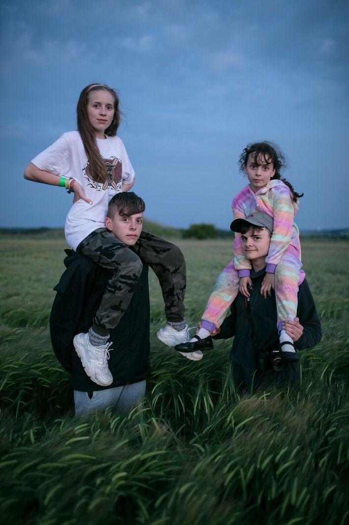 Die Familie Baker spielt in einem Kornkreis im englischen Dorset in der Dämmerung.