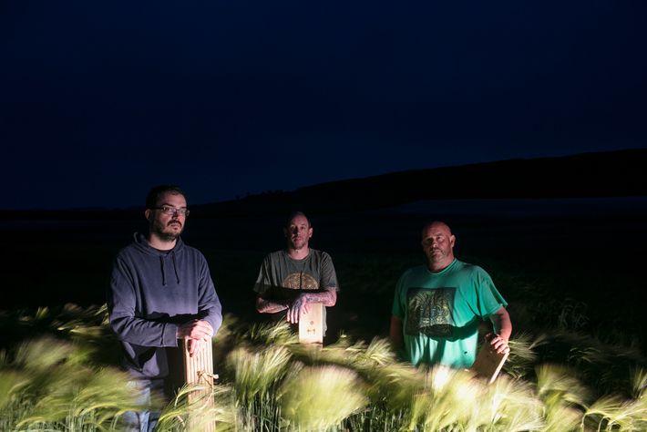 Ein Team von bekennenden Kornkreis-Künstlern posiert für ein Porträt auf einem Feld außerhalb von Dorchester, England. ...