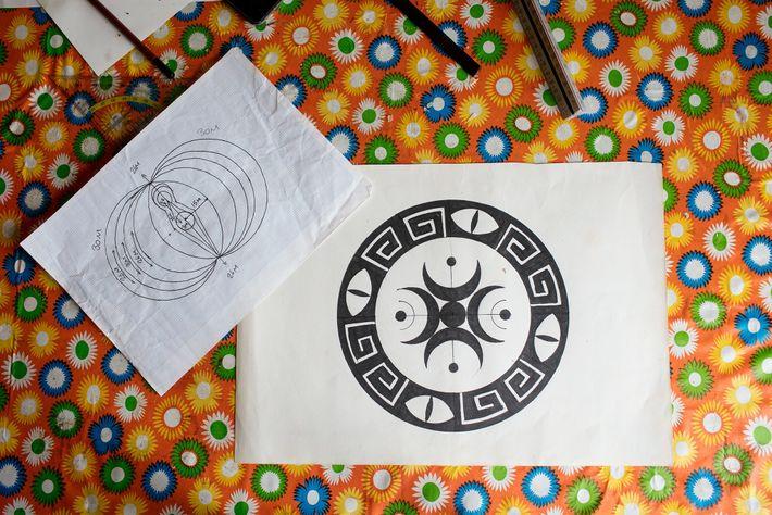 Der Künstler Dene Hine zeigt Skizzen seiner Kornkreismotive.
