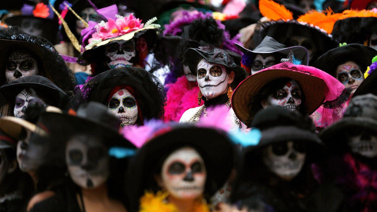 Am 1. November 2014 versammelten sich mehr als 500 Frauen in Mexiko-Stadt, um den Weltrekord für ...