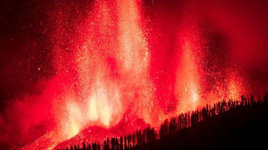 Der Lavastrom fließt nach der Eruption eines Vulkans der Cumbre Vieja auf der Kanareninsel La Palma ...
