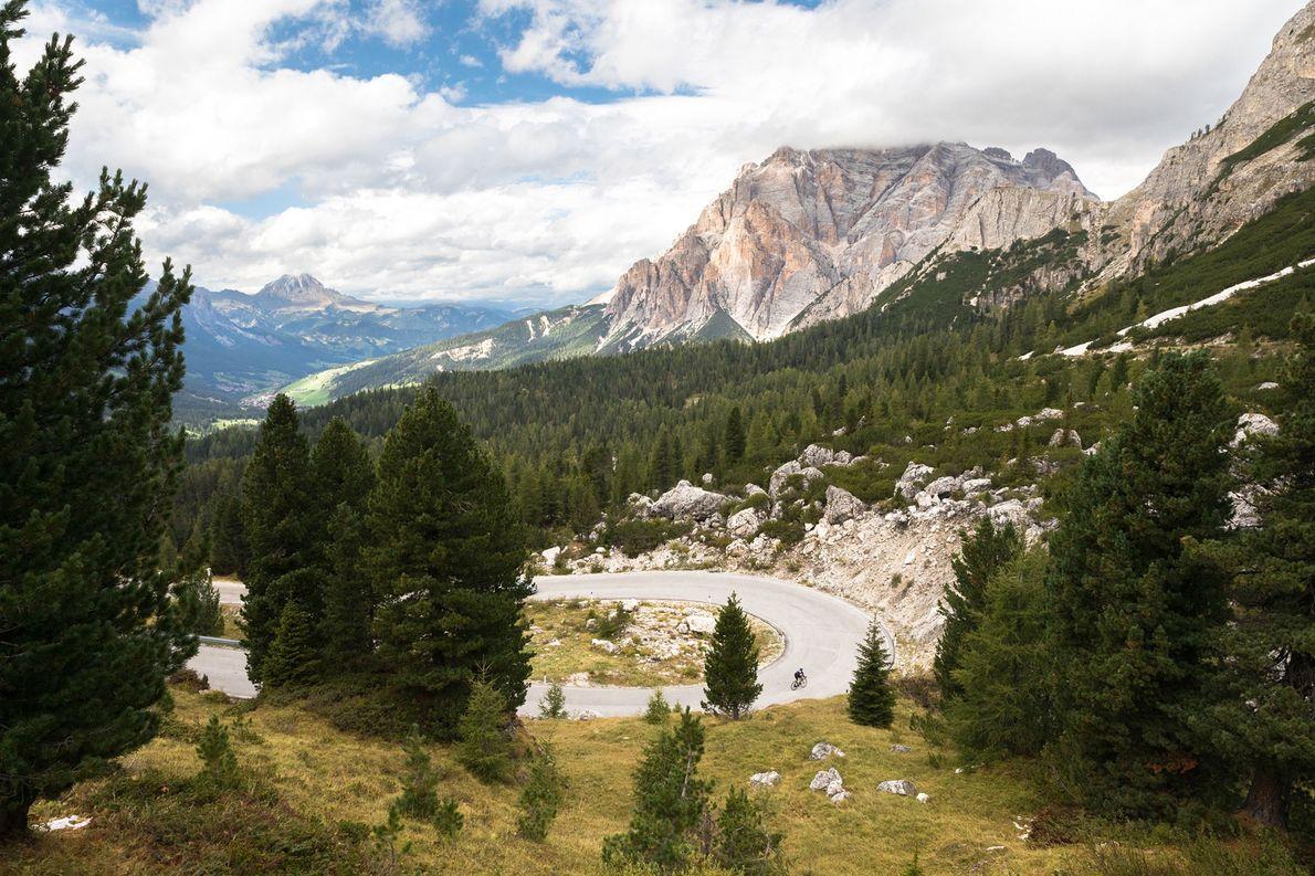 Eine gewundene Straße führt durch den Gebirgszug im Nordosten Italiens.