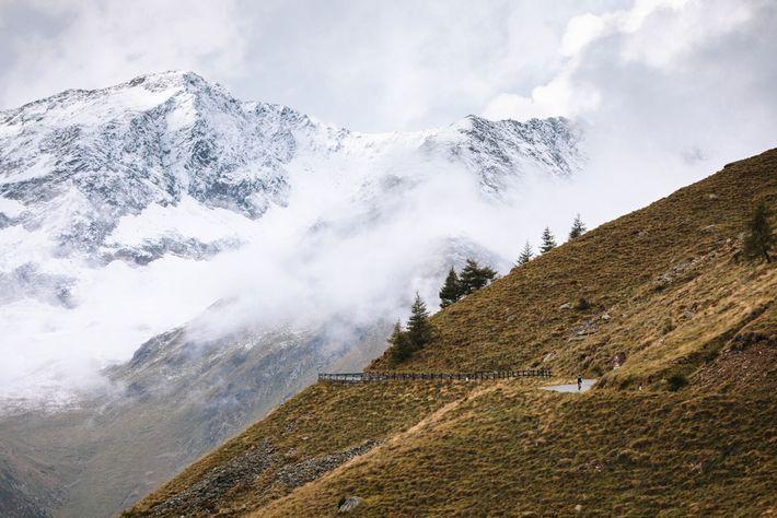 Am ersten Tag ihrer Reise durch die italienischen Alpen fahren die Radfahrer den Gaviapass hinauf.