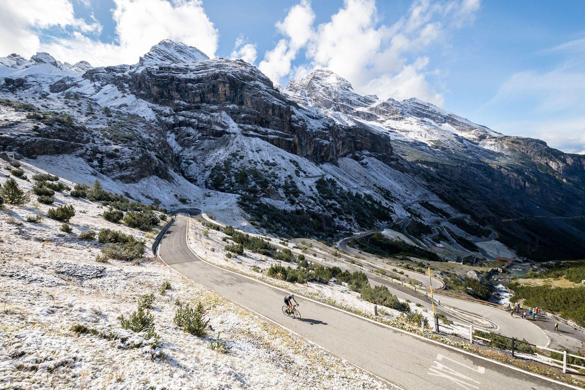 Am zweiten Tag der Gruppentour fährt ein Radfahrer das Stilfser Joch in den italienischen Dolomiten hinauf.
