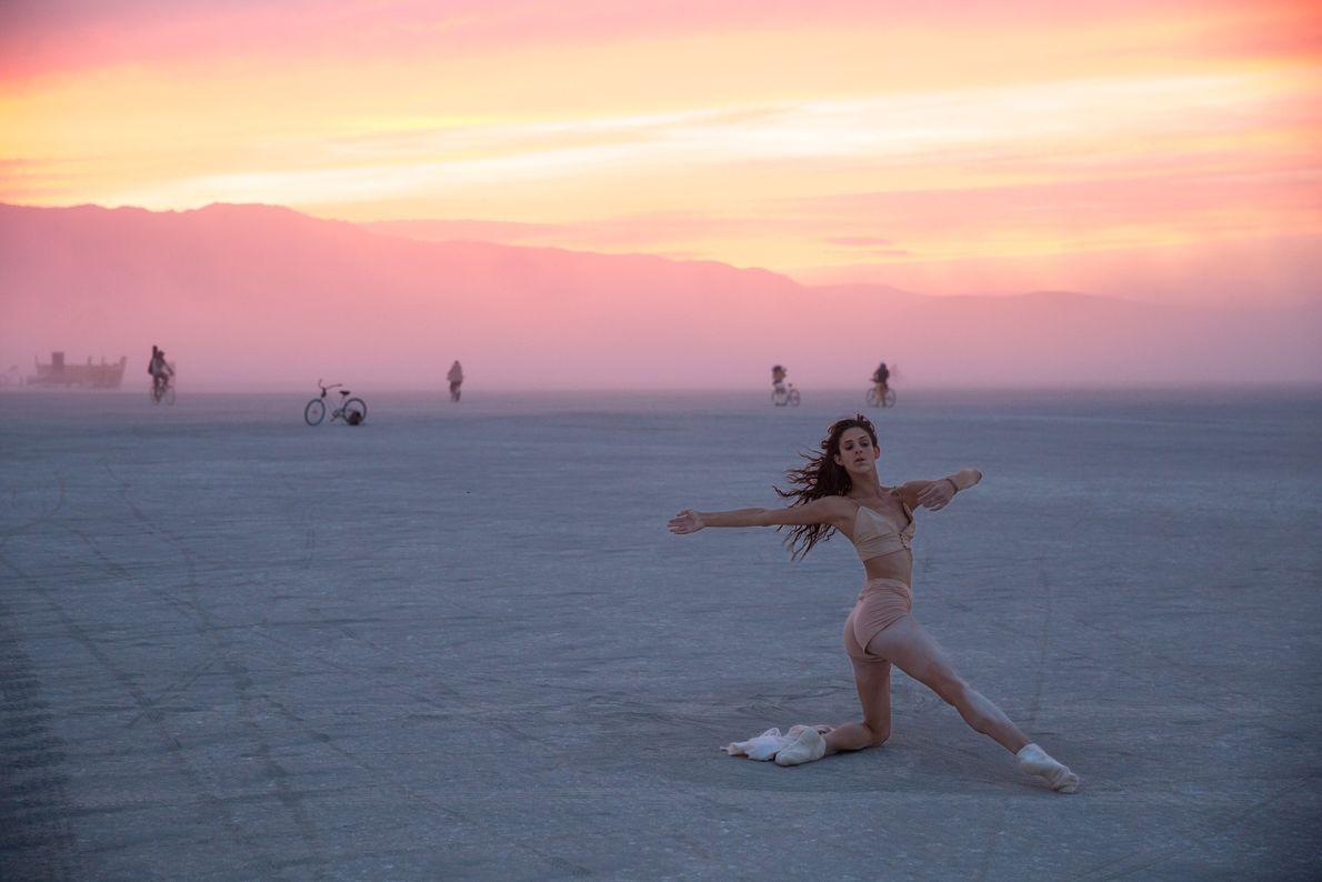 Tänzerin in Wüste