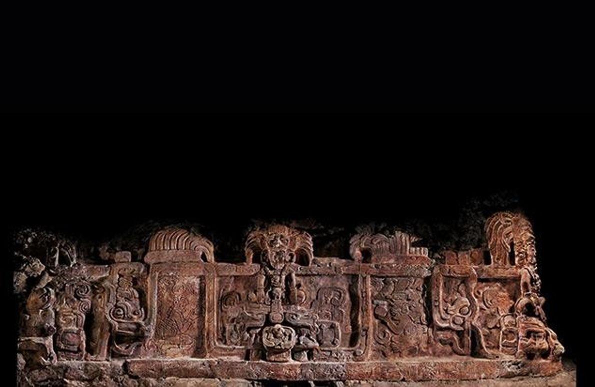 Dieser große Stuck-Fries wurde am Grab eines Königs der Stadt Holmul entdeckt und symbolisiert dessen Bündnis …